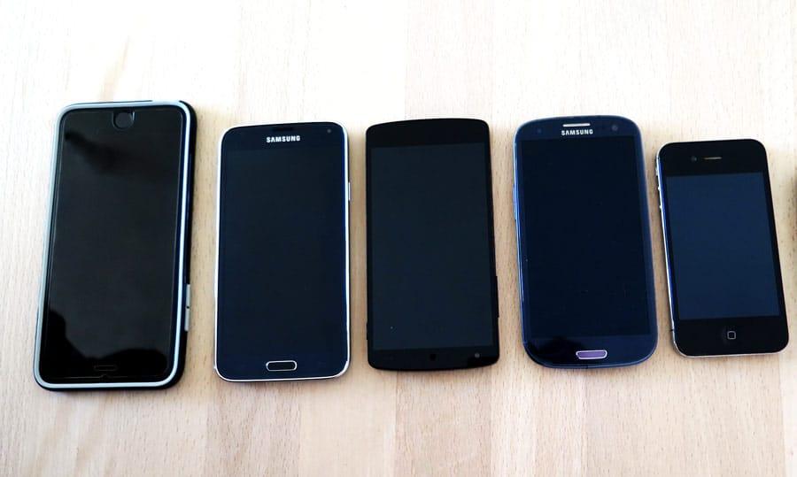 Gebrauchte Smartphones auf dem Tisch aufgereiht als Angebot zum Verkauf.